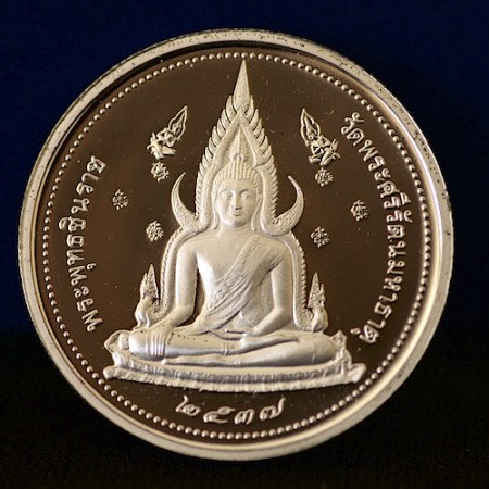 Solid silver round premium Jinaraj Buddha style amulet with Thailand King on Reverse